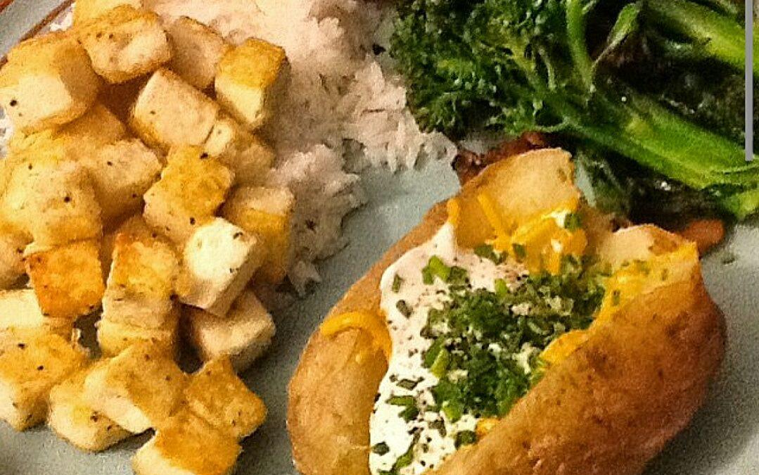 תפוחי אדמה אפויים ממולאים בגבינה ועירית